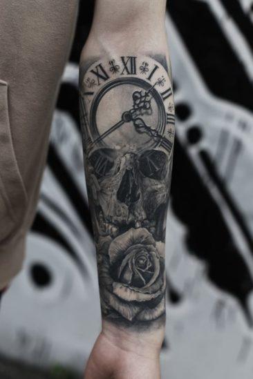 Tatuaż zegar, czaszka, motyle, róże